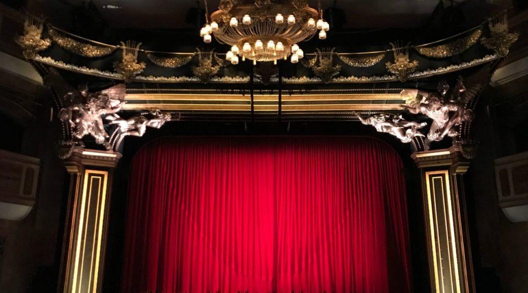 Kurtyna w teatrze
