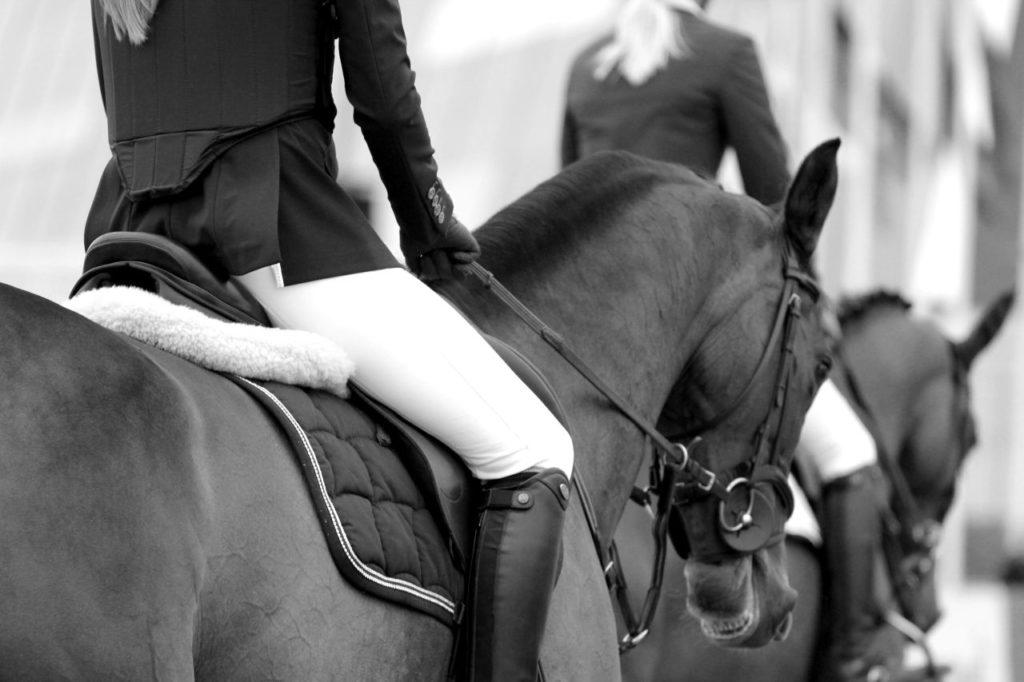 Jeździec w stroju jeździeckim